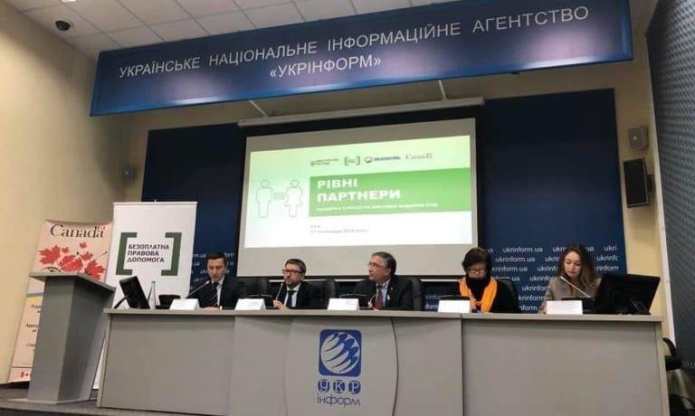 Photo : Conférence de presse dédiée au lancement de la stratégie « Partenaires égaux » pour l'aide judiciaire avec la participation du sous-ministre de la Justice, Denis Chenyshov, de l'ambassadeur du Canada en Ukraine, Roman Waschuk, de la déléguée gouvernementale à la politique d'égalité entre les sexes, Kateryna Levchenko, du chef du CCLAP, Oleksii Boniuk, et de la chargée de projet d'aide juridique accessible et de qualité en Ukraine, Oksana Kikot'. Kyev, le 27 novembre 2018.